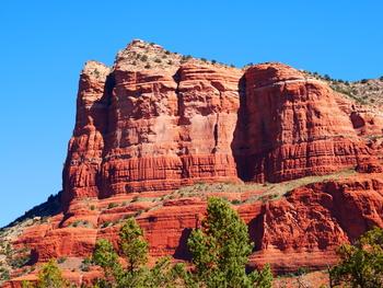 世界中から観光客が訪れ、アメリカ人が住みたい街ランキングでも常に上位をキープしている「セドナ」は、「全米で最も美しい町」に選ばれたことも。元々はネイティブ・アメリカンの聖地の一つで、砂漠に囲まれ、山と川もあり、自然豊かな大地の上にあります。