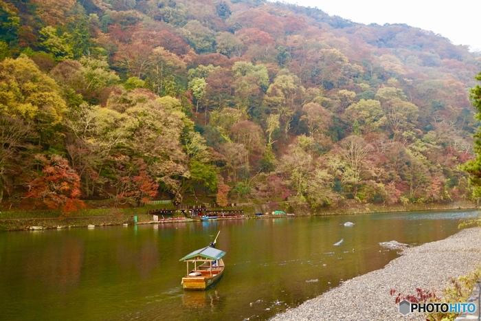 嵐山を流れる桂川では、渡し船や手漕ぎボートに乗ることができます。 川面の上で、子どもも大人もいつもと違ったドキドキを感じながら、両岸の山々が神々しく感じられる感覚を、ぜひ味わって見てください。  ※画像は紅葉が美しい秋の様子