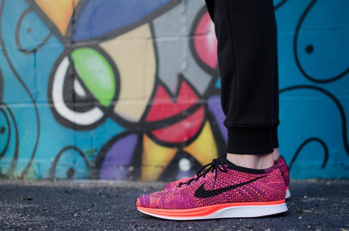 スポーツショップに行き、ランニングシューズを試し履きしましょう。店員さんに初心者用のシューズをアドバイスしてもらうと良いですよ。ショップによっては、足の長さや幅のサイズを計測してくれるところもあります。初心者用のシューズは靴底が厚くクッション性があるので、走った時に足や膝にかかる負担を軽減してくれるそうです。デザインが気に入ったからと、上級者用の靴底が薄いタイプを選んでしまうと、足を痛める原因になりますので避けます。 できれば、ウォーキングを始める時にランニングシューズを用意することをおすすめします。
