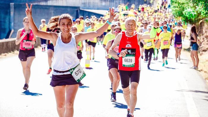 ランニングを始めて、ただ漠然と走っているのでは長続きさせるのは難しいですね。短めの距離のマラソン大会に申し込んでみませんか? 何か目標があると、トレーニングにも気合が入りますよ。1㎞、2㎞、3㎞、5㎞程度であれば完走するのもさほど難しくはありません。また、短い距離ですと、お散歩気分で参加している方もいますので、あまり難しく考えず気軽に申し込んでみましょう。  普段は車が走っている道を通行止めにして、マラソン大会のコースが出来ています。そんな中を走るのは、とても気持ちの良いものです。