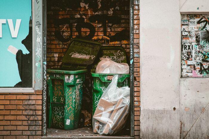 住んでいる場所によって分別も異なると思いますが、明日は何のゴミの日なのかチェックし、朝捨てられるように準備しておくことも大切です。