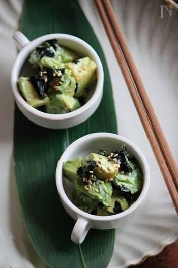 こちらもアボカド×海苔の人気レシピです。柚子胡椒マヨで和えたマイルドでピリ辛な味つけはまた乙なもの。日本酒のおつまみにしたり、ご飯にも合うおかずにもなります。