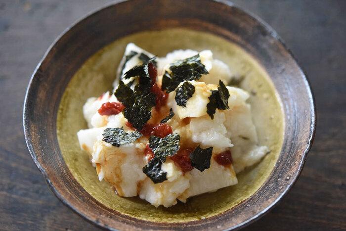 ご飯にも合う海苔と梅の組み合わせは、あっさりとした長芋にもぴったり。醤油だけのシンプルな味つけでも美味しく仕上がるのは、海苔の豊かな風味と旨味のおかげです。長芋を叩いて和えるだけと簡単なので、あと一品にどうぞ!