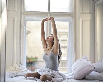 また、目覚ましがなってすぐ起きずに、グーーーッと伸びをして深く呼吸を整えるだけでも朝の目覚めが変わります。血流を良くして一日を快適に過ごすために意識しておくと日々が変わってきますよ。