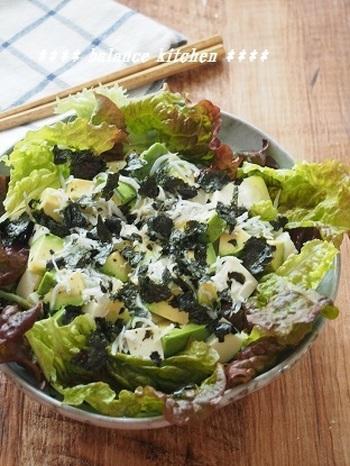 豆腐とアボカドをのせた、ヘルシーでボリューミーなサラダのレシピ。ポン酢とオリーブオイルだけのシンプルなドレッシングでも、しらすと海苔を散らせばグッと美味しく頂けます。