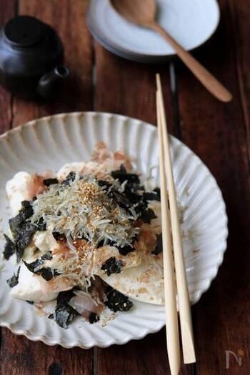 海苔や鰹節、しらす、ごまなど常備しているもので作れる冷奴レシピ。手軽にいつもの冷奴をワンランクアップすることができます。豆腐は粗く崩すと味が馴染みやすくなりますよ。