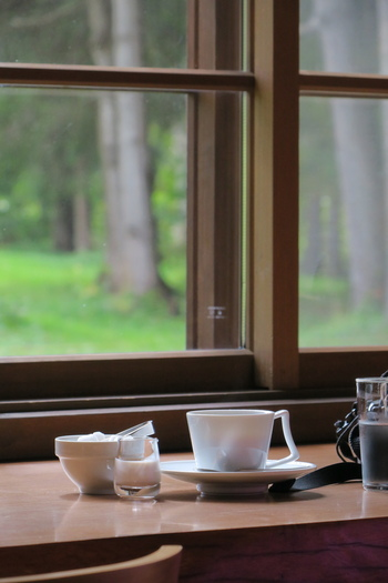 併設されている「カフェアルテ」は居心地が良く、窓際のカウンター席からは、外にある彫刻を眺めながらゆっくりと寛ぐことができます。