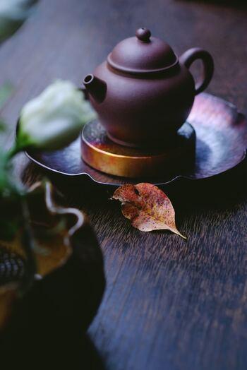 全てのお茶のルーツと言われているのが中国茶。中国茶といってもその種類は数100以上もあると言われています。烏龍茶をはじめ、プーアル茶、ジャスミン茶、菊の花を干した菊花茶など、最近の中国茶ブームも手伝い市場にも出回っているので、ご存知の方も多いのではないでしょうか。