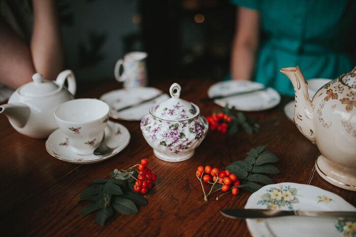 また、紅茶は色や味、そして香りを楽しむもの。お湯と一緒に茶葉を踊らせるように動かすこともポイントになります。ティーポットは、丸みを帯びていて、保温性の高いものをチョイスするようにしましょう。