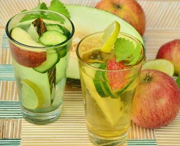 食欲がない暑い季節にも、寒くて温まりたい季節にもぴったりなお酢ドリンク。好きな果物や野菜を漬け込んでおき、炭酸やジュース、お湯で割れば簡単に作れちゃいます。