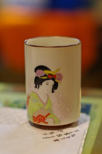 日本茶の種類も様々で、一般的な煎茶、高級品と言われている玉露、炒った玄米の香ばしさが特徴的な玄米茶、煎茶などを強火で炒った香ばしいほうじ茶など種類も豊富です。 また、産地別にも分かれ、静岡茶、宇治茶、京番茶、狭山茶などが有名です。