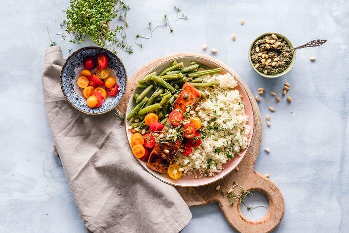 スーパーフードとしてもおなじみのキヌア。お米の代わりに食べられることもありますが、正確には「穀物」というより「野菜」に近いものなのだそうです。白米と大きく違うのは、たんぱく質や良質な脂質が豊富であることです。