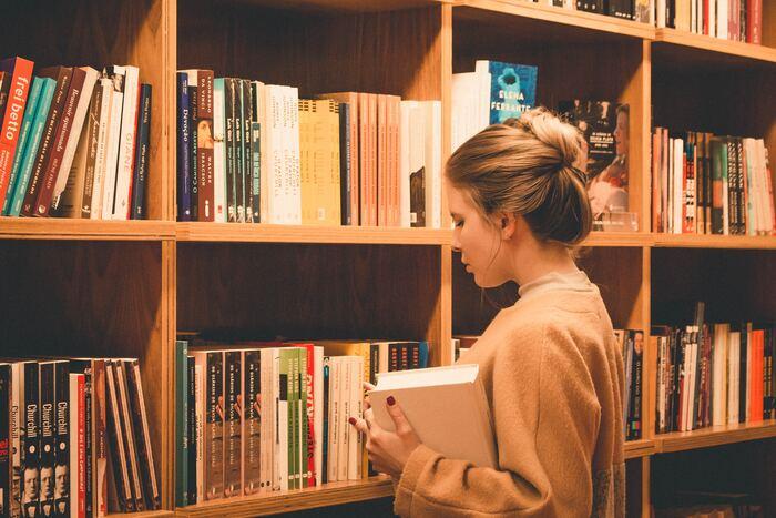 欲しい本が決まっていればインターネットで注文するのももちろん良いでしょう。 しかし、敢えて決めずに図書館や本屋に行ってみるのも楽しいことです。  単純に並んだ本を眺めるのも楽しいことですし、ネット上では限られた関連本などが紹介されるだけですよね。情報が制限されてしまうわけです。しかし、実際に足を運んでみる場合は別です。写真で景色を眺めるのと、実際にそこに行ってみるのでは全く違いますよね。それほど差があるのです。  人間関係と同じで、思わぬ出合いがあるかも知れません。