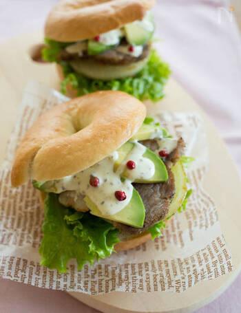 ベーグルに、厚切りベーコンとアボカド、玉ねぎを挟んだハンバーグ感覚の食べ応えのあるサンドイッチです!