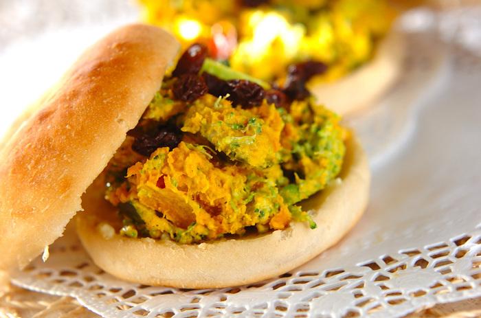 カボチャサラダの自然な甘みと、はちみつバターのコクのある甘みがよくマッチしたベーグルサンド。ブロッコリーの緑が効いています。
