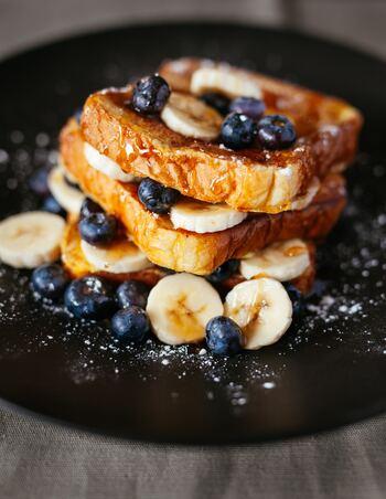 いつものフレンチトーストに一工夫して、ちょっとリッチな味わいにしたり、甘くない食事系フレンチトーストにしてみたり。レシピを参考にバリエーションを増やして、朝食に、おやつに、軽食に。もっとフレンチトーストを楽しみましょう♪