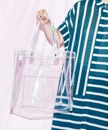PVG素材で作られた、シンプルなクリアトートバッグです。全面が透けて見えるバッグなので、お気に入りのポーチや巾着袋で中身をおしゃれにカバーするのもおすすめ。デイリー使いはもちろん、アウトドアやレジャーなどさまざまな場面で活躍してくれます。