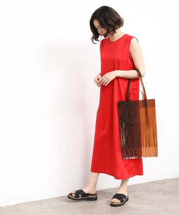 透け素材のバッグをコーディネートに取り入れるだけで、涼しげな季節感を簡単に演出できます。ぜひいつもの着こなしにプラスして、定番スタイルを夏らしくアップデートしてみてくださいね♪
