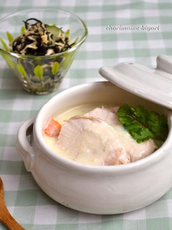 大きめの鶏むね肉を使って、食べ応えのあるシチューに仕上げているこのレシピでは、野菜をにんにくとバターで炒めて香ばしくさせています。