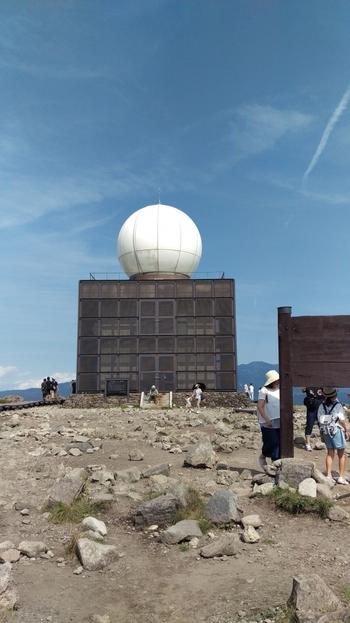 山頂にある気象レーダー。 老朽化によって廃止された富士山レーダーの後継として1999年から気象庁に情報を伝えています。シュール感も◎