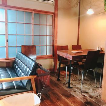 熱海を代表する古民家カフェ「CAFE KICHI(カフェ キチ)」は、駅から2~3分歩いた静かな路地裏にあります。使い込まれた床材や窓枠など、あちこちに古民家の面影を感じられます。