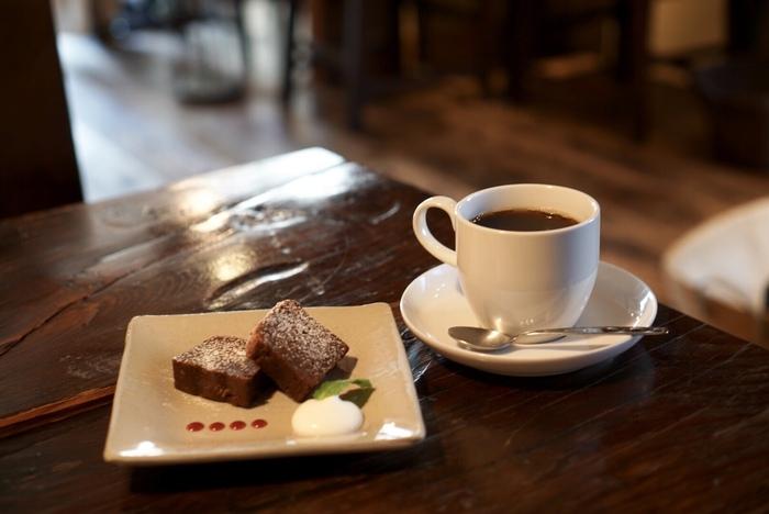 しっとりと焼き上げた濃厚なショコラパウンドケーキと、1杯ずつハンドドリップで淹れたコーヒーの相性は抜群。時計を外してゆっくりするのも良いですね。