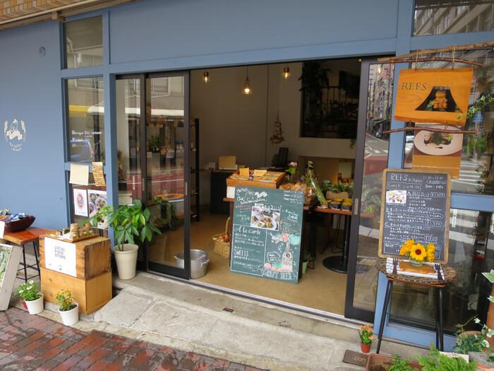 熱海駅から5分ほど歩いたところにある「REFS Kitchen(レフズキッチン)熱海」は、伊豆や富士山麓で栽培された野菜のセレクトショップ2階にあるカフェ。店内のお野菜や調味料をお土産にするのも良いですね。