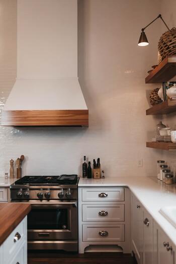 冷蔵庫や電子レンジなど、キッチン周りの汚れ落としにもエタノールなら安心ですね。消毒用エタノールならそのまま、無水エタノールなら水と7:3で混ぜたものを使って、拭き掃除に使いましょう。