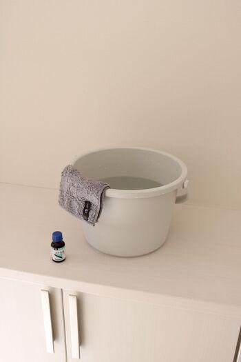 拭き掃除には、バケツの水にハッカ油を数滴垂らして清涼感をプラスしましょう。良い香りとともに除菌効果も得られ、すっきりと仕上がります。