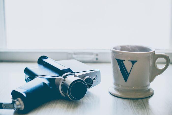 Bの音と似ている「V」は、「ヴァ・ヴィ・ヴ・ヴェ・ヴォ」の音です。「vacation」なら「バケーション」ではなく「ヴァケイション」と発音します。カタカナ表記でもこのように表記されるので、イメージしやすいですが、ポイントは前歯で下唇をかむように発音すること♪