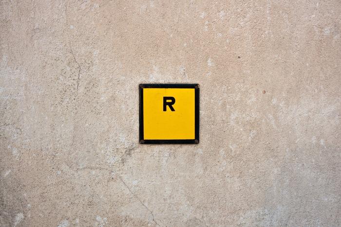 Rの発音は巻き舌のように、と思われる方が多いですが、実際には奥に引っ込めて舌先は浮かせておくイメージです。音で言うと、頭に「ゥ」がつくような感じです。例えば「right」なら「ゥライト」といった感じです。