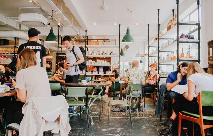 例えばアメリカにはワーキングホリデーの制度がない代わりに、インターンシップビザがあります。即戦力として求められることが多く、サービス業・飲食業の仕事が多いですが、社会人経験のある方は、前職と同じ業界や職種で採用されることもあります。  半年から1年半程度の間、お給料をもらいながら滞在できて、海外のビジネスを学べるというのがメリットです。