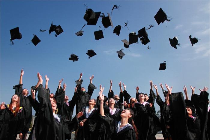 経営学や経済学などの専門分野の学位を取得することになるため、高度な英語力と知識が身に付きます。特にMBA留学は人気ですよね。海外の大学・大学院へ入学するには、それぞれの学校で定められた英語力や過去の学校での成績が必要になります。すべてクリアできていなくても、入学前に付属の英語コースなどで準備をすれば入学を目指せる学校もあるのであきらめないで探してみましょう。