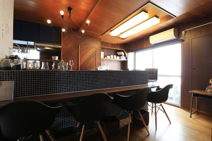 店内は、タイル張りのカウンター席や和室など個性豊かなスペースもあり、雰囲気の違いも魅力です。