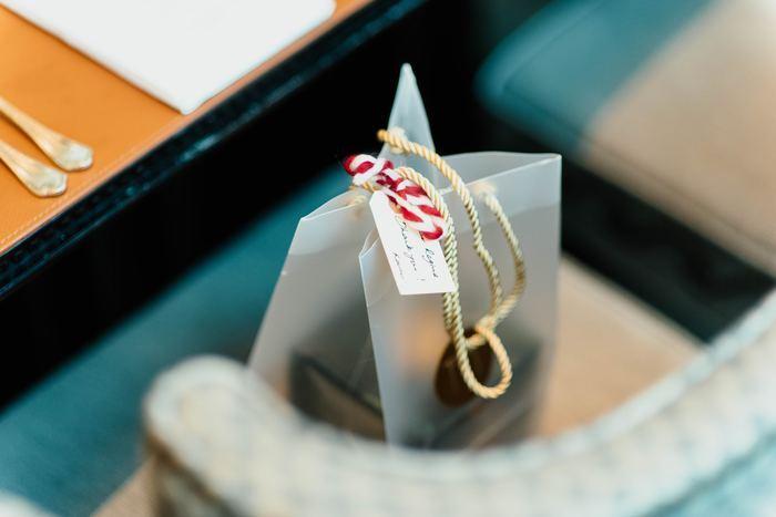 シンプルな茶封筒や麻の紐。それぞれ単品だとさっぱりしすぎですが、ここにスタンプを押したり、オリジナルのタグをつけたり、ボタニカルを組み合わせたりすることで、何通りものアレンジができるので、これらの材料をベースに考えていくと楽しくオリジナルのラッピングを作ることができますよ。