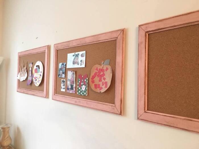コルクボードをフレームに入れることで特別感が増し、一気にオシャレな雰囲気に♪写真を飾るフレーム、ポストカードを貼るフレームなど、フレームごとに種類分けしてもいいですね。