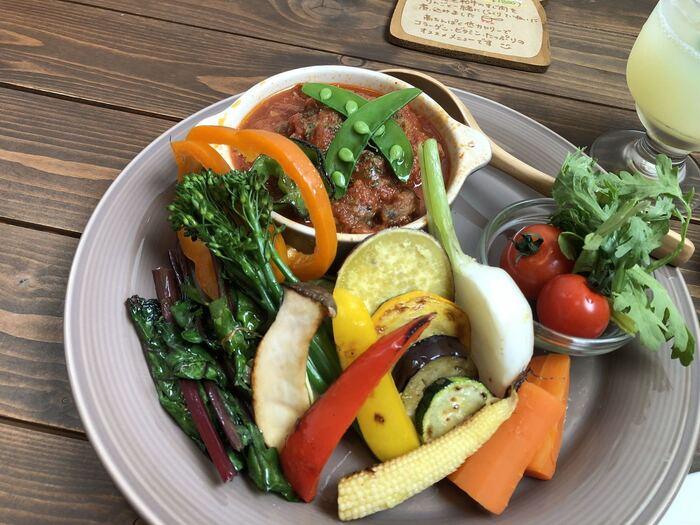 オーガニック野菜のお料理は、どれも新鮮でその鮮やかさに驚きます。地産地消にもこだわっていて、ヘルシーでおしゃれなカフェごはんならここ!と言われるほど評判なんですよ。2週間ごとに変わるランチのほか、カレーやパスタもお野菜たっぷりで、どれを選んでも間違ないおいしさです。