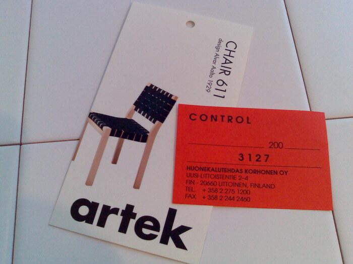 初期の作品「チェア611」は板張りだったものが、現在はリネンのウェビングテープを丁寧に編み込まれて作られています。