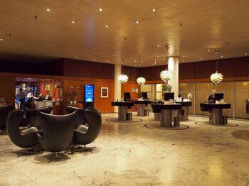 北欧建築の巨匠アルネ・ヤコブセンは、デンマークを中心に活躍しました。スカンジナビア空港のビルやラディソンSASロイヤルホテル、デンマーク国立銀行など有名な建築物が今も大切に使われています。