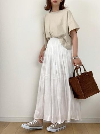 ベージュと白いスカートのナチュラルコーデには、足元もベージュで追い風を。アクセントはバッグやアクセサリーにお任せして、統一感の助っ人はスニーカーにしましょう。