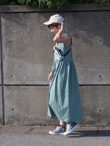 ミントグリーンの爽やかカラードレスには、グレーのハイカットでコーデ全身をニュアンスカラーで仕立てましょう。爽やかさはキャップとバッグで取り入れて。