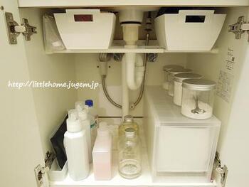 配管が邪魔になる洗面台下のスペースには、奥行きのある引出しを置いて有効活用。  引き出しを使うことで細かいものもまとめて収納でき、奥のものも取り出しやすくなります。 こんな特殊なサイズが揃うのもPPケースならでは♪