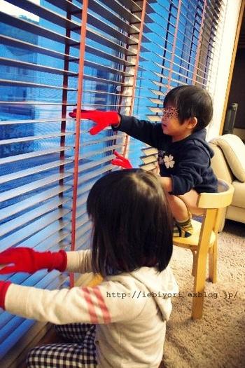 手袋なら、雑巾に比べて手指が細やかに使えるので、複雑な形の箇所のお掃除も得意分野。  このようにブラインド掃除をするのもおすすめです。これなら、お子さんとも一緒に楽しくお掃除できますよね。