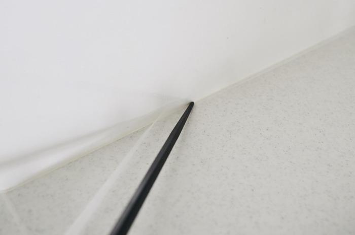 その白い「メンディングテープ」は、このように、お掃除しにくい隙間の部分に貼り付ければ、汚れ防止にもなるんですよ!汚れたら、張り替えるだけでOK。白なので、この通り、テープ自体気づかれないほどの目立たなさ!  ※右側はメンディングテープを貼った状態。