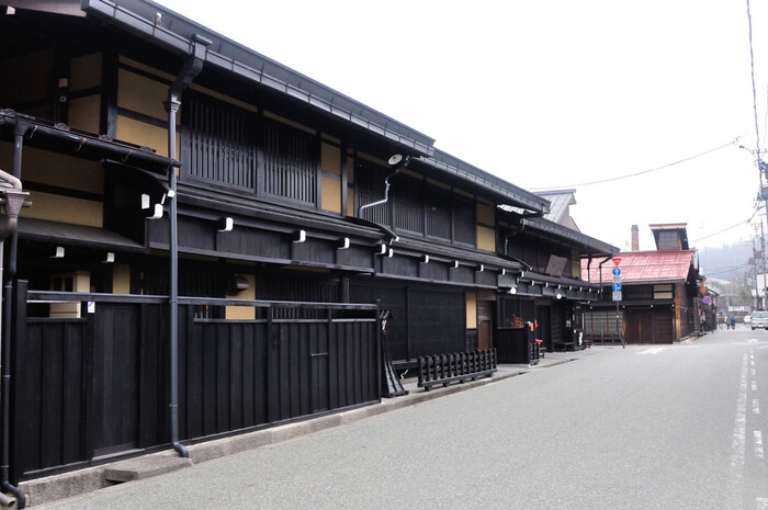 飛騨高山とは、飛騨山脈の西側一帯の中心部として位置している岐阜県高山市のことです。江戸時代初期には、城下町として栄え、17世紀末に江戸幕府直轄領となった飛騨高山の市街地は、江戸時代の城下町・商家町であった頃の名残がほぼ完全な形で残されています。