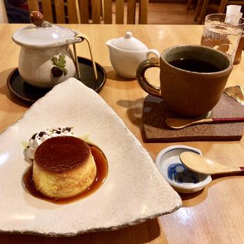 店内で使われている和食器は、オーナーが厳選した作家ものだそう。手作りの「かぼちゃプリン」は、甘さ控えめでコーヒーによく合います。