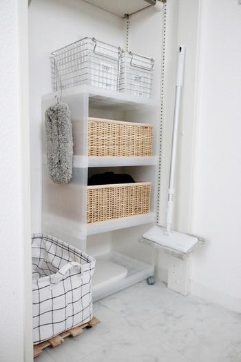 無印の組立式ワゴンに洗面所の掃除グッズをまとめて。 透明なので、狭い空間でも圧迫感を感じずに置くことができます。 キャスター付にすれば床掃除もスムーズです。