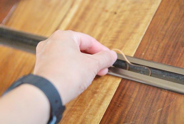 指が入りづらいほど、細い幅になっていることが多いですが、そのレールに輪ゴムを並べたら、その上を滑らせるように戸を何度か往復させるだけ。