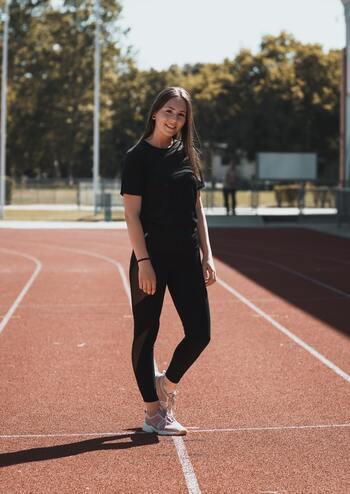 ウォーキングは、ランニングほどカロリー消費がないのでダイエットへの効果はランニングに比べ低くなりますが、ウォーキングのほうが脚腰への負担が少ないことや、ウェアが揃っていなくてもシューズがあれば始めやすく続けやすいなど、メリットもあります。運動が苦手な方はウォーキングの方が始めやすいかもしれませんね。