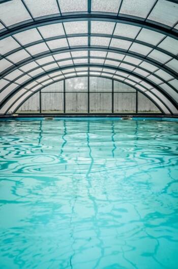 水による浮力で関節や膝への負担が少ない水中ウォーキング。水圧がかかっていることで普通に歩くより多くエネルギーを消費できます。また、水圧により全身の血液循環がよくなるので疲労回復やリラックス効果も得られると言われています。